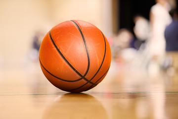 バスケットボールのタイムアウト中に,体育館の床に置かれたボール