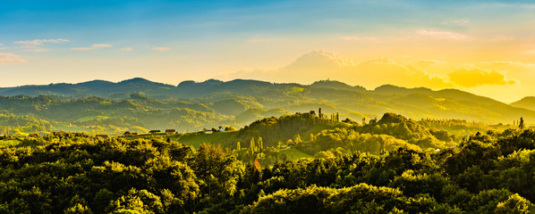 Photo sur Aluminium Melon Panoramic view from vineyard to green hills of south styrian wine route in Austria in sunset. Glanz an der Weinstrasse.