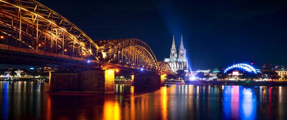 Köln am Rhein mit Dom und Hohenzollernbrücke Fototapete