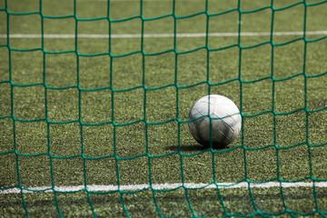 piłka na boisku za siatką