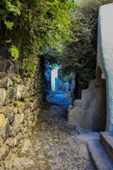 Fototapeta Stare, wąskie uliczki Pyrgos otoczone kamiennymi starymi murami obraz