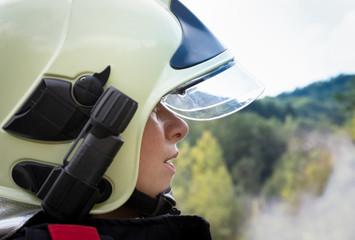 Outdoor Profilportrait der Feuerwehrfrau