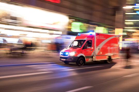 Rettungswagen der Berliner Feuerwehr fährt mit Blaulich durch die Stadt