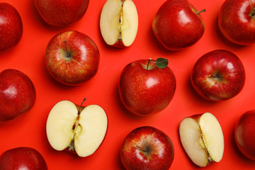 Fototapete - Flat lay composition with ripe juicy apples on red background