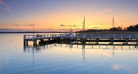 Steg am Bodden bei Sonnenuntergang , Darss, Ostsee, Deutschland