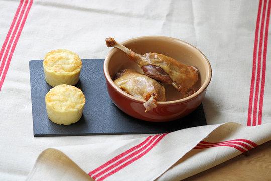 Confit de canard et gratin, cuisse de canard sur fond ardoise