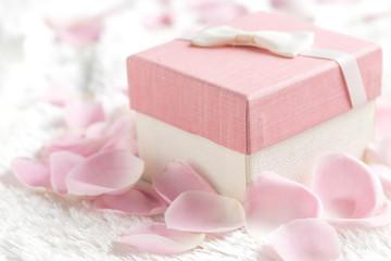 Papiers peints Pays d Europe A gift box in a flower petal