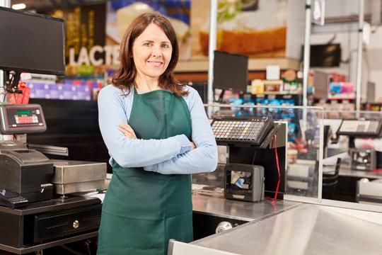 Kassiererin im Supermarkt an Kasse