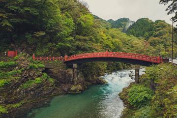 Papiers peints Pont Shinkyo Bridge over the Daiwa River in Nikko