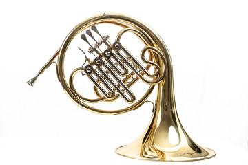 Corno, instrumento musical dorado sobre fondo blanco Wall mural