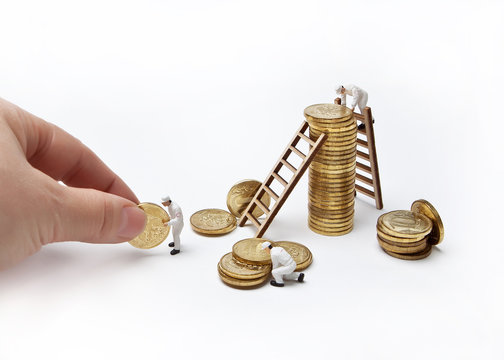 Little men in uniform build a tower of ten-ruble coins. A successful business.