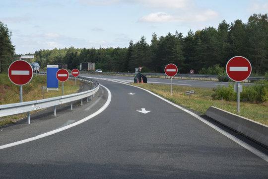 Panneaux routiers, sens interdit, à l'entrée d'une aire d'autoroute