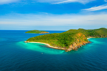 Aerial view of beautiful island with blue ocean in Sattahip, Thailand Fototapete