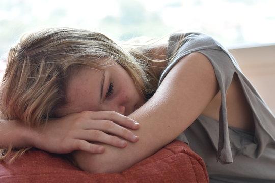 Belle jeune fille déprimée