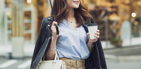 Fototapeta 街中を歩く若い女性 obraz