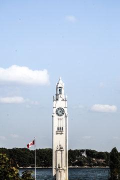 Monument Canadien avec Drapeau Canadien