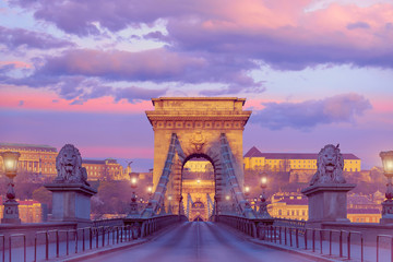 Papiers peints Budapest Budapest Castle and famous Chain Bridge in Budapest on a sunrise