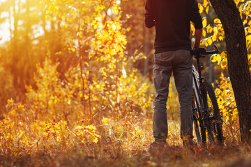 Man cyclist in the autumn forest. lifestyle autumn nature trip Fototapete