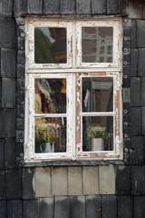 Geschlossenes Fenster mit Renovierungsbedarf