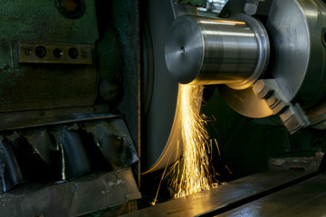 High-precision fine-tuning of a part on a circular grinding machine with sparks.