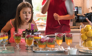 Obraz Dmuchanie świeczek na torcie, impreza, urodziny, kinder party - fototapety do salonu
