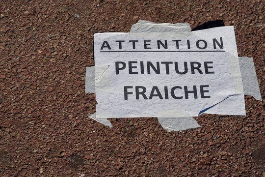 Attention! Peinture fraiche (attention, fresh coat of paint)