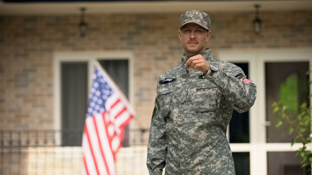 USA soldier showing keys from house, mortgage help from veterans organization