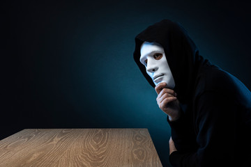 仮面の男 テーブル