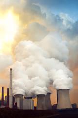 rauchende Schlote eines Kohlekraftwerks