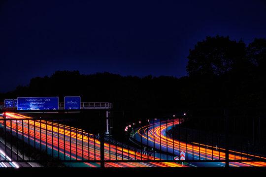 Lichter auf der Autobahn. Spuren von Autos. Autobahn. A4 Richtung Frankfurt am Main, Olpe, Oberhausen und Köln-Ost. Ausfahrt 559 Richtung Köln Deutz.