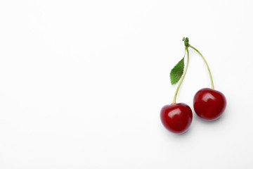 Foto auf Leinwand Kirschblüte Delicious ripe sweet cherries with leaf on white background