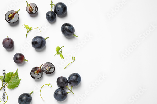 Fototapete Fresh ripe juicy grapes on white background, top view