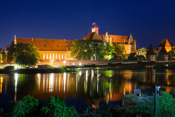 Poster Krakow Malbork castle over the Nogat river at night, Poland