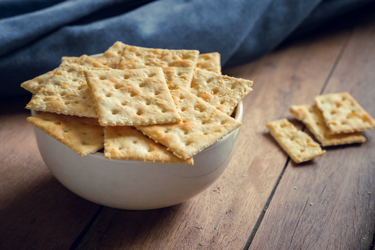 Crispy crackers with sesame in bowl.