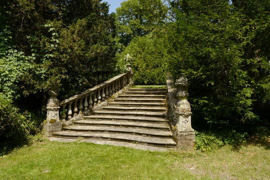 Alte barocke Steintreppe mit Balustraden im Wald