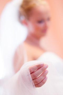 Braut hält Kette