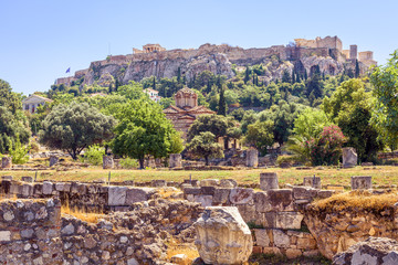 Fototapete - Agora in Athens overlooking famous Acropolis, Greece. Scenic view of the old Athens center in summer. Landscape of the city with classical Greek ruins. Panorama of remains of ancient civilization.