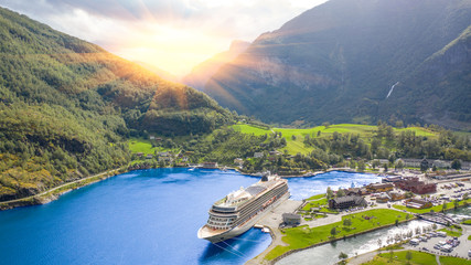 End of the famous Geiranger fjord, Norway with cruise ship Fototapete