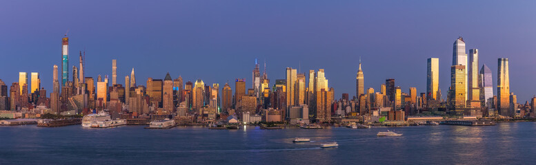 Fototapete - New York City Manhattan buildings skyline evening