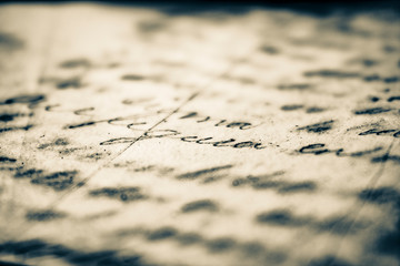 Carta con escrito, caligrafía manuscrita cursiva en hoja blanca vieja