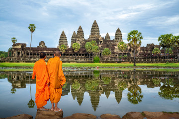 Photo sur Aluminium Con. Antique Asian monk stand and look to Angkor wat in siem reap