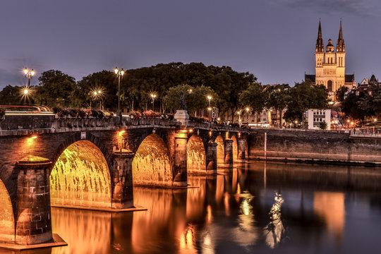 La cathédrale veuille sur le pont