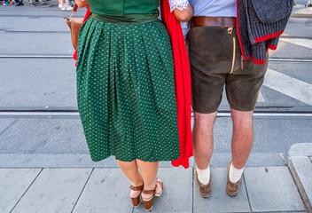 Paar in einer Bayerischen Tracht auf dem Oktoberfest