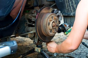 Repair of the wheel hub of the car. Hands repair the car