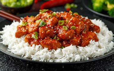 In de dag Kip Tso's chicken with rice, green onion and broccoli