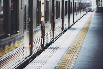 Montage in der Fensternische Eisenbahnschienen 電車・ホーム