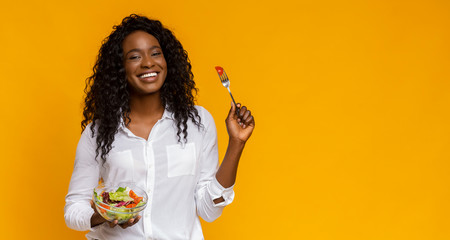 Cheerful african american girl recommending veggies salad Papier Peint