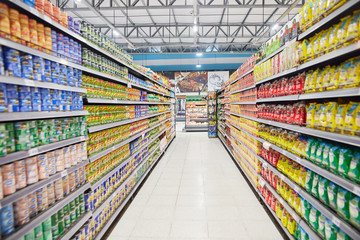 Volle Regale im Supermarkt in Buenos Aires