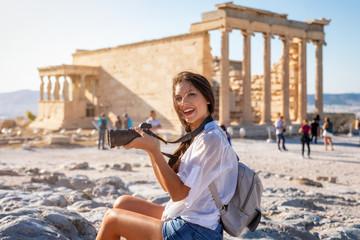 Printed kitchen splashbacks Athens Attraktive Touristin mit Kamera in der Hand besucht die Akropolis von Athen während ihres Städtetrips, Griechenland