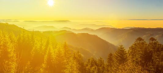 Türaufkleber Melone atemberaubendes Panorama von nebliger Abendstimmung einer herbstlichen Landschaft im Schwarzwald